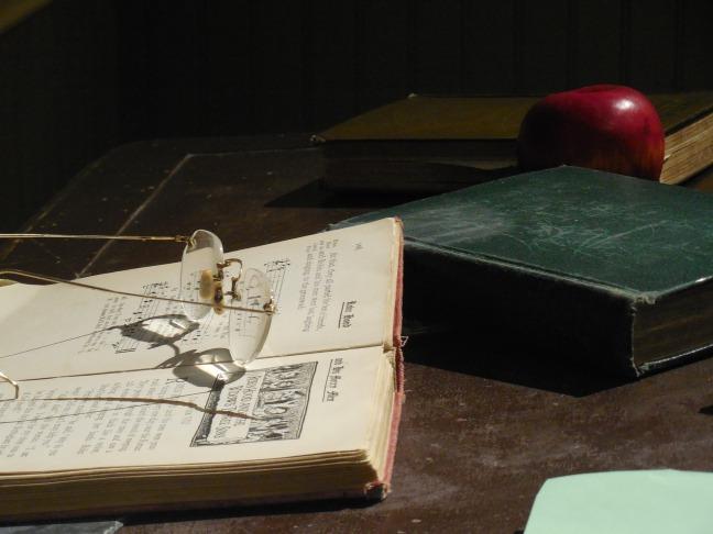 desk-1375312_1920.jpg
